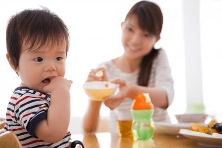 Mẹ cho con ăn đồ mát nếu bé bị đau do loét miệng